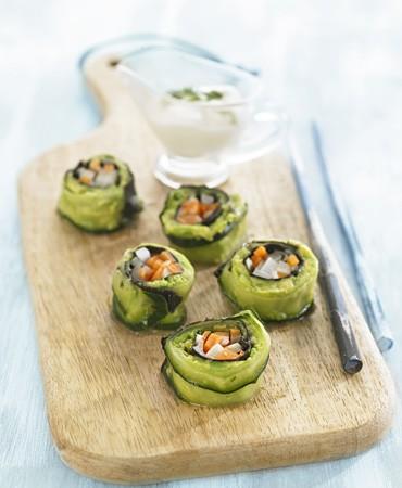 recetas-sushi-de-pepino-macerado-con-guacamole-y-salsa-de-yogurt