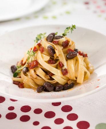 recetas-tagliatelli-con-pimiento-rojo-y-alubia-negra