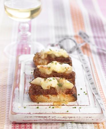 recetas-tapita-de-sobrasada-con-peras-y-queso-de-cabra-gratinado