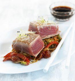 recetas-tataki-de-atun-con-verduras-salteadas-y-membrillo-en-dados