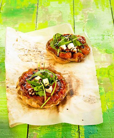Tatin de tomates, rúcula y queso feta