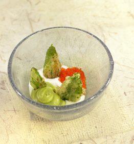 recetas-tempura-de-menta-con-yogur-de-aguacate-y-wasabi