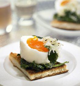 recetas-tostada-de-huevo-mollet-con-jamon-y-espinacas