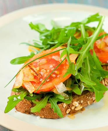 recetas-tostada-de-pan-con-tomate-y-echalotes