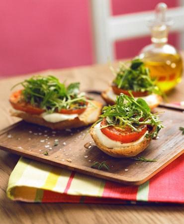 recetas-tostada-de-pan-de-campo-con-mozzarella-tomate-asado-rucula-y-hierbas-aromaticas