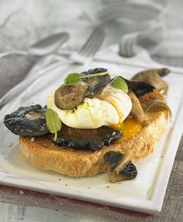 recetas-tostada-de-setas-silvestres-y-huevos-en-camisa