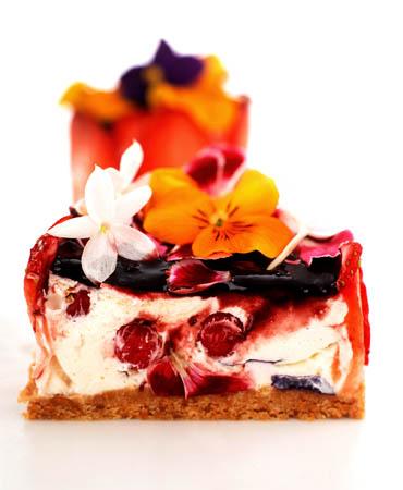 Mousse de queso, frutos y flores