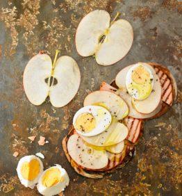 recetas-bruschetta-pavo-a-la-plancha-huevo