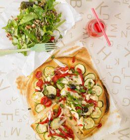 recetas- tupper estudiante : pizza de calabacin y ensalada verde con semillas y nueces 370x450