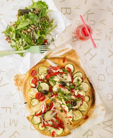 recetas- tupper estudiante : pizza de calabacin y ensalada verde con semillas y nueces 370×450