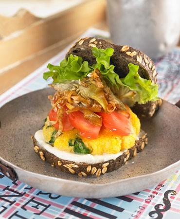 hamburguesa-de-espinacas-y-polenta-con-chips-de-alcachofa