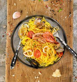 pasta-frutti-di-mare-con-tomate-cherry-calamares-almejas-mejillones-gambas-roja-perejil-