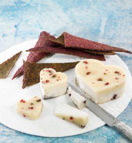 Corazones-de-queso-de-almendras-con-crackers-de-remolacha-2-370x450