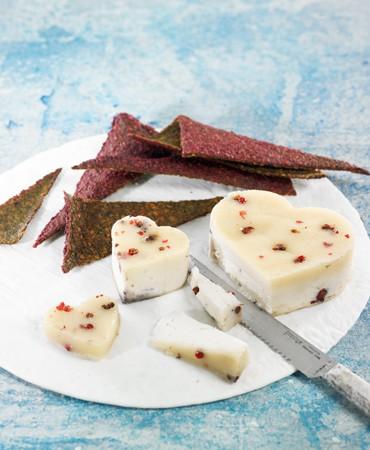 Corazones-de-queso-de-almendras-con-crackers-de-remolacha-2-370×450