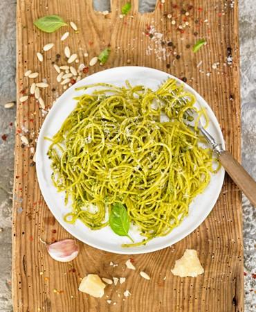 pasta-al-pesto-albahaca-parmesano-pinones-aceite-ajo