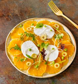 ensalada-de-naranja-con-queso-de-macadamia,-aceitunas-y-brotes_370x450