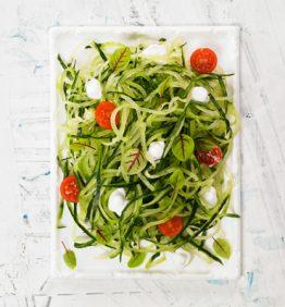 espaguetis-de-pepino-con-tomatitos-y-coco