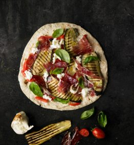 piadina-verdura-a-la-brasa-tomate-cherry-mozzarella-albahaca-y-jamon-serrano
