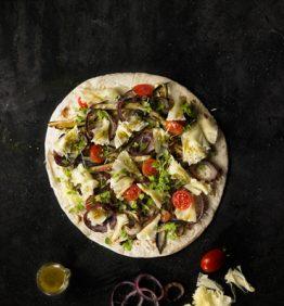 receta_piadina-de-verduras-a-la-brasa-cebolla-berenjena-tomates-toamate-cherry-y-queso-con-aceite-de-albahaca-y-olivas-negras_370x450