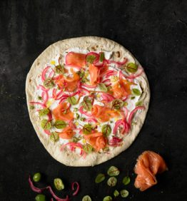 receta_piadina-queso-crema-salmon-ahumado-cebolla-roja-confitadas-olivas-verde-y-brotes_370x450
