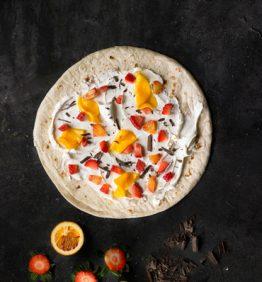 receta_piadizza-con-mascarpone-mango-narnaja-roja-fresa-y-virutas-de-chocolate_370x450