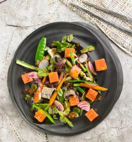 dados-de-lomo-de-salmon-nature-y-huevas-con-verduras-al-dente