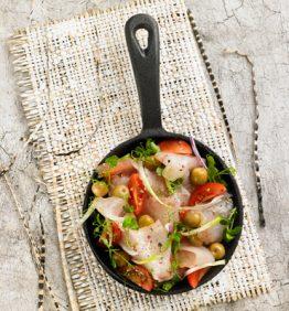 ensalada-de-lubina-ahumada-tomates-cherry-arbequinas-y-cebolleta
