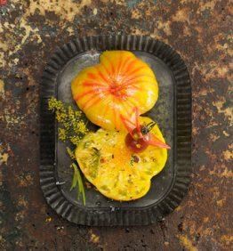 tomate-con-sal-pimienta-y-eneldo