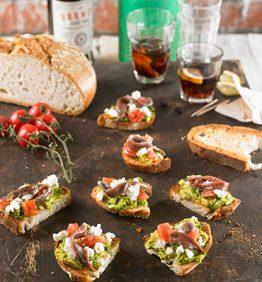 tapa-de-aguacate-requeson-tomate-y-anchoas-con-vermut