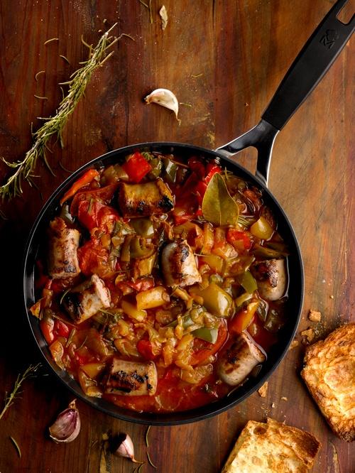 Butifarras mezclado  con pimentos y tomates estilo ratatouille