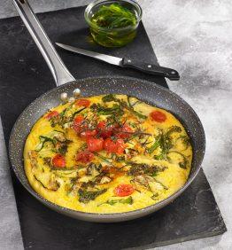 una receta con polenta, verduras y queso en un sarten