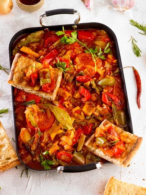 restos de verdura cocinado lentamente en olla tipo ratatouille