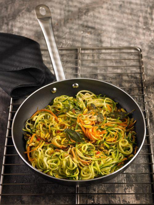 espaguetis de hortalizas y almendras y salvia
