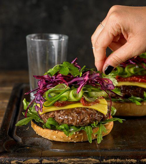 hamburguer con lechuga y mano