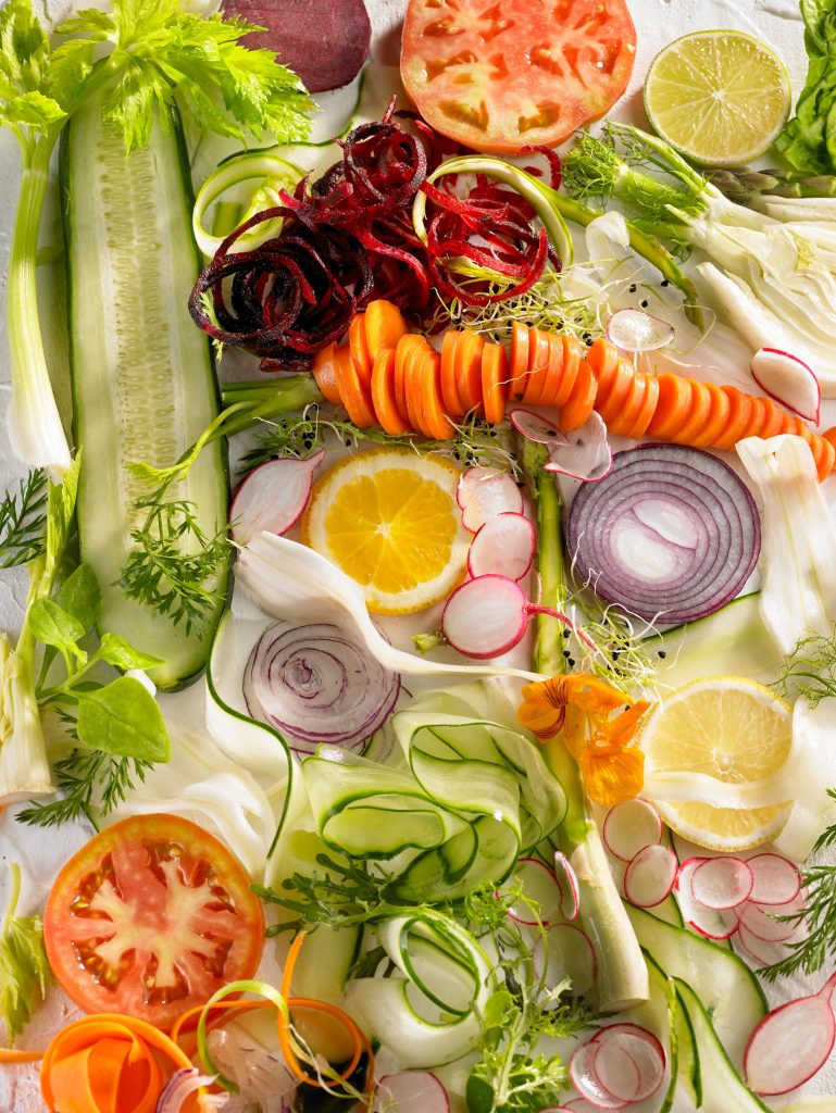 variedad de verduras para ensalada, zanahoria, pepino, limon, remolacha, hinojo